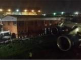 Picture: Ужас! Самолет се блъсна в сграда, заради тясна писта