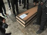 """Picture: Траурно шествие в центъра на София """"погреба"""" правителството"""