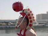 Робот храни тичащ човек с домати