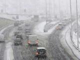 Жълт код за потенциално опасно време е в сила днес за областите Пазарджик, Пловдив, Смолян и Кърджали. Очакват се снеговалеж, дъжд и поледици. В Родопите се очаква нов обилен сняг – до 25 л/кв.м, което допълнително ще увеличи натрупаните преспи. След 7 дни на снежна блокада, едва вчера бе отменено бедственото положение в Кърджали. В областта остават само 10 км непроходими пътища от републиканската пътна мрежа.