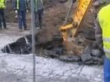 Булевардът със зейналата дупка по пътя за летището ще остане затворен до края на април