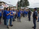 Работниците пеят българския химн пред кордон полицаи